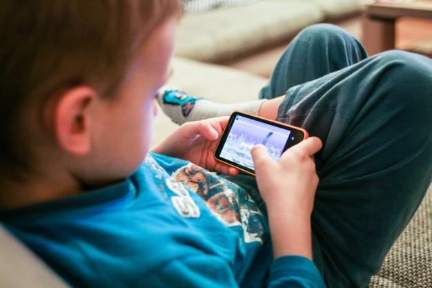 Telefon a wady postawy u dzieci